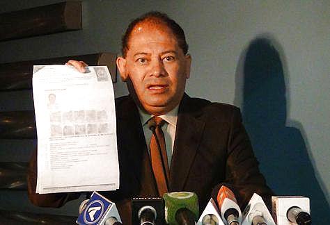 Carlos Romero expone la documentación existente sobre el caso de Jorge Pérez Ardaya. Foto: Ministerio de Gobierno