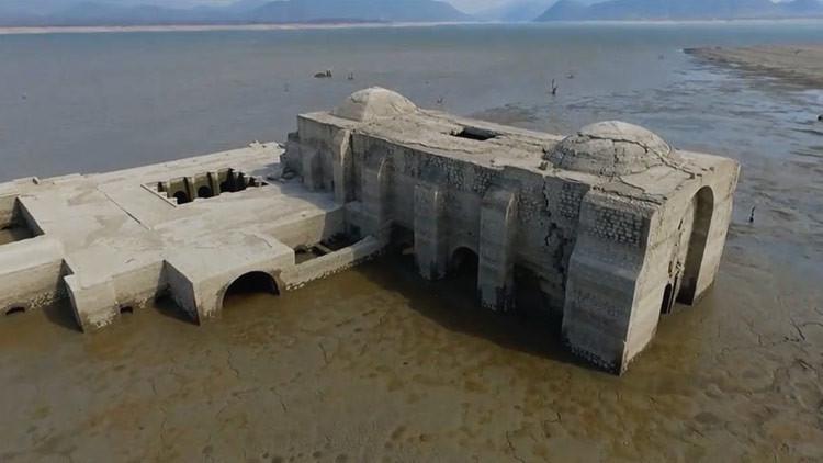 Revelación 'divina' : La sequía muestra una iglesia sumergida en una presa de México (Video)