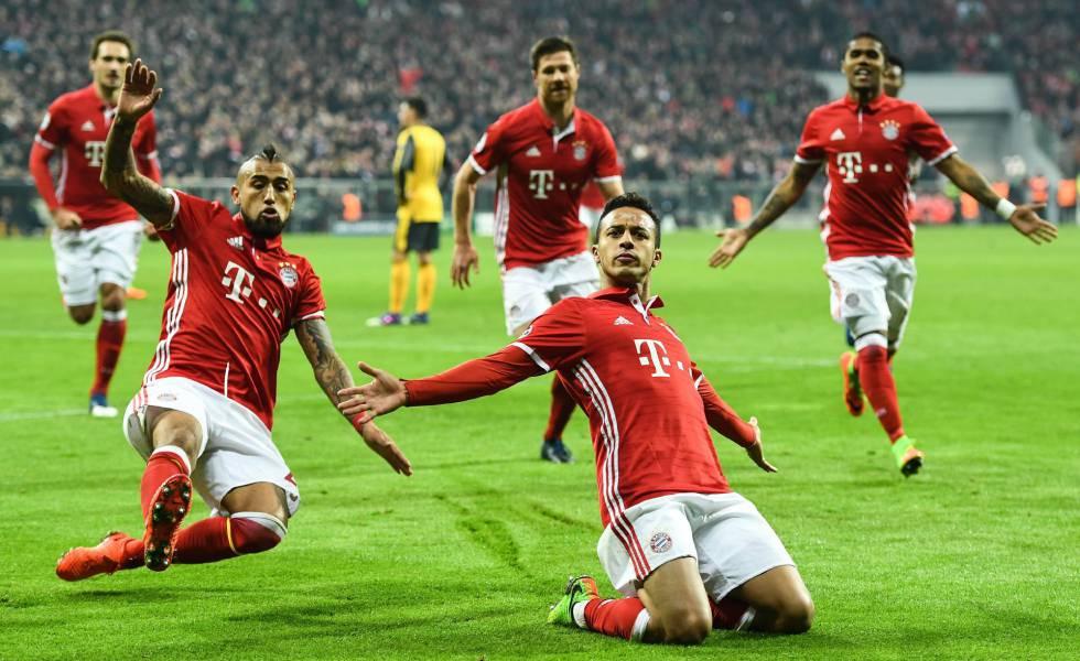 Thiago celebra arrodillado uno de sus dos goles al Arsenal.