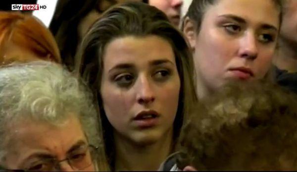 Una chica durante el funeral en Lavagna
