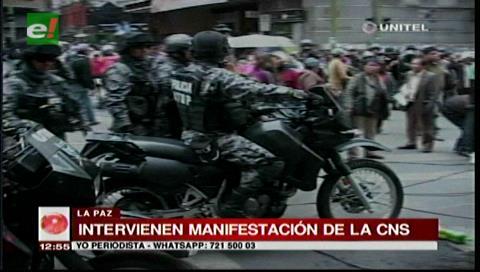 La Paz: Policía gasificó a trabajadores de la CNS para levantar vigilia