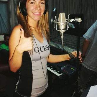 Vanessa Añez en plena grabación