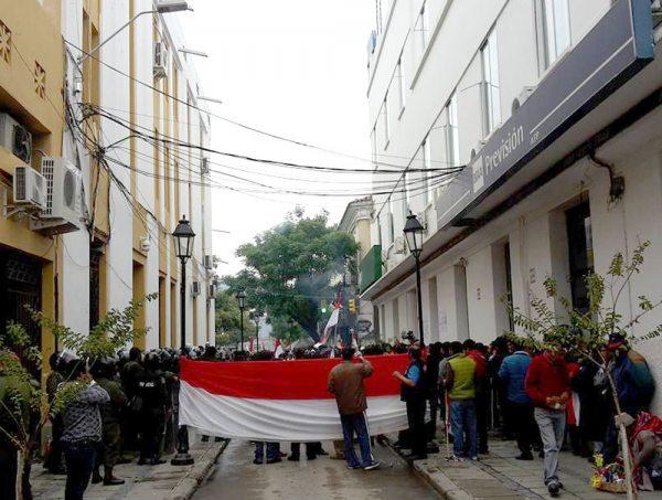 PROTESTAS EN PUERTAS DE LA ASAMBLEA DEPARTAMENTAL DE TARIJA.