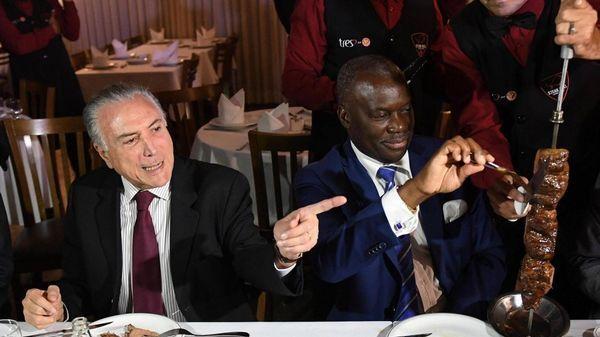Michel Temer y el embajador de Angola, Nelson Manuel Cosme, durante una cena para despejar dudas sobre la calidad de la carne brasileña (AFP)