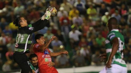 Guillermo Viscarra despeja con los puños tras arremetida de Carlos Saucedo. Foto. Jorge Uechi