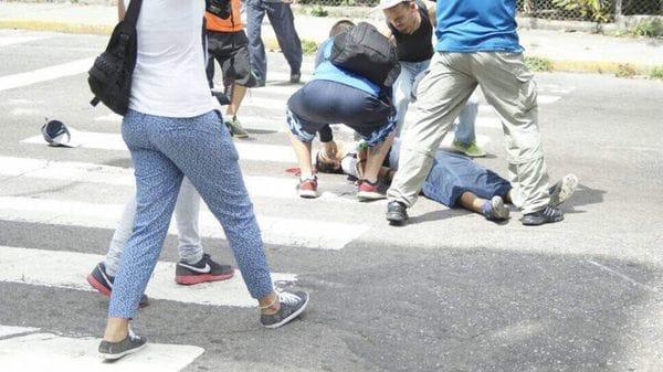 El joven tirado en el suelo tras ser alcanzado por una bala de un colectivo chavista