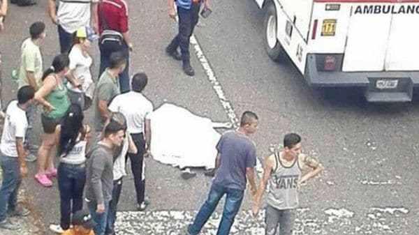 Una ambulancia arribó al lugar donde su cuerpo yacía, pero los paramédicos nada pudieron hacer para revivirla