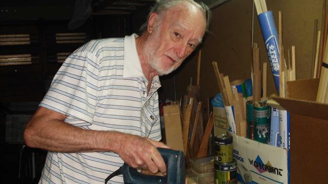 Víctor Bardesi fabrica camiones y autos de madera