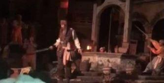 Johnny Depp sorprende a todos en parque de Disney