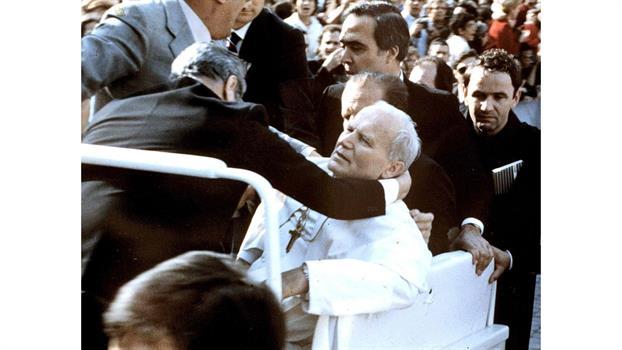 El Papa Juan Pablo II se desploma después de que el joven turco Mehmet Ali Agca le dispare. Foto: Archivo