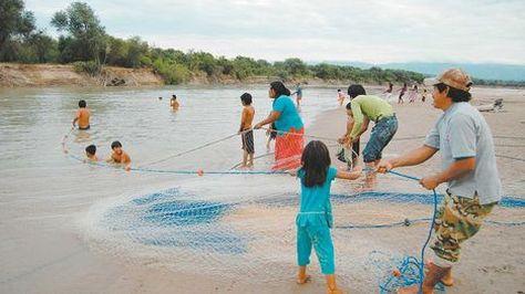 Un grupo de personas dedicadas a la actividad pesquera a la orilla del río Pilcomayo. Foto: La Razón - archivo