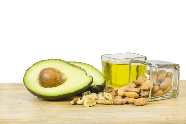 Los aguacates, el aceite y las nueces son ejemplos clásicos de
