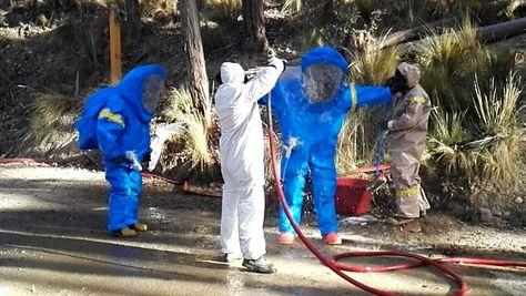 Personal de bomberos recogió los residuos quimicos del parque de Pura Pura con indumentaria especial. (Foto:GAMLP)