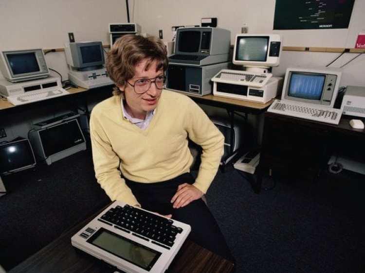 Bill Gates con tan solo 26 años, cuando lanzó su sistema operativo de Microsoft, MS-DOS, en ese momento en ejecución en los ordenadores personales de IBM
