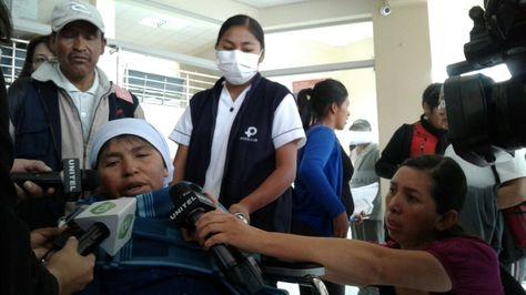 Erenia Villca sale de la clínica Pro Salud de Cochabamba donde estuvo internada. Foto: Fernando Cartagena.