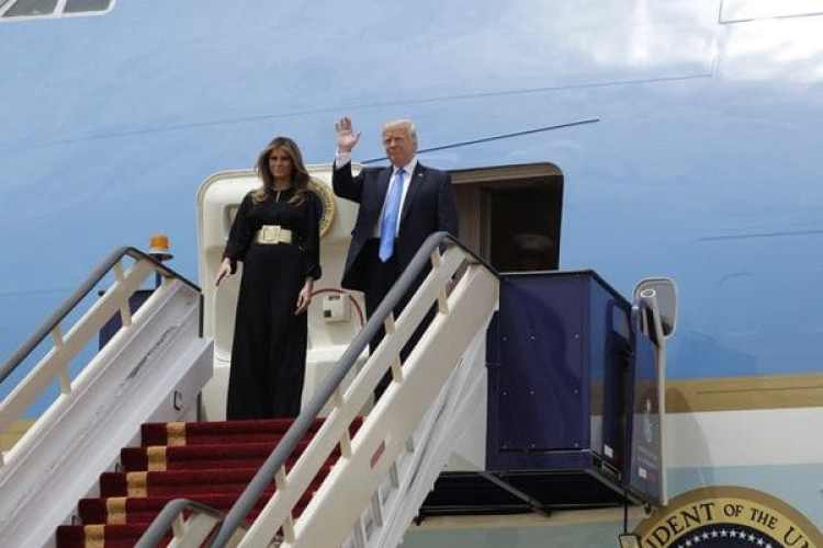 Donald Trump en su llegada este sábado a Arabia Saudita, primer destino de la gira (AP)