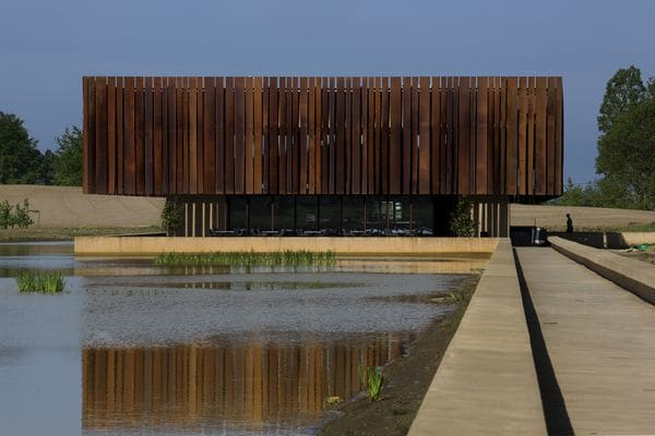 El crematorio Hofheide está situado en medio de un lago en Holsbeek, Bélgica. Es parte de una ola de nuevos trabajos de diseño destinados a reconcebir la muerte