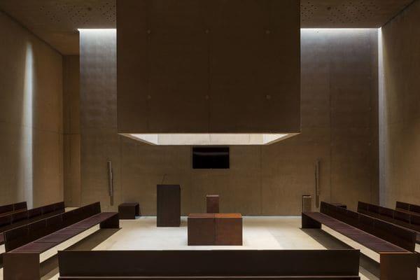 En la sala ceremonial del crematorio Hofheide la luzse cuela porla fachada y el techo y proyecta dibujoscambiantes sobrelas paredes.