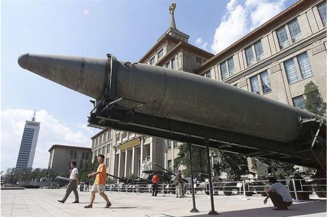 El programa de Taiwán se desarrolló en respuesta al arsenal de misiles de China, varios de los cuales están expuestos en el Museo Militar de Beijing