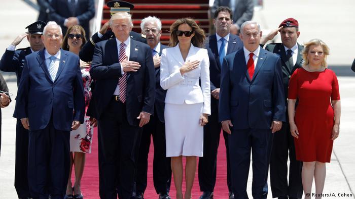 Todos posaron para el saludo oficial de esta visita, antes de pararse a escuchar los himnos estadounidense e israelí. (Reuters/A. Cohen)
