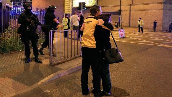 Un padre abraza a su hija luego de encontrarla a salvo tras el recital de Ariana Grande en Manchester (AP)