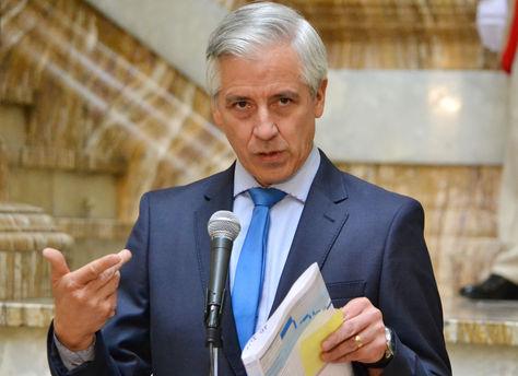 Presidente en ejercicio Álvaro García Linera en conferencia de prensa hoy, lunes 3 de abril de 2017. Foto: ABI