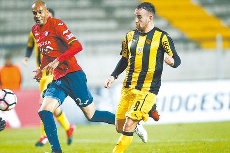 Alex Silva, zaguero de Wilster, y Junior Arias, autor del primer gol de Peñarol disputan el balón. Foto: EFE