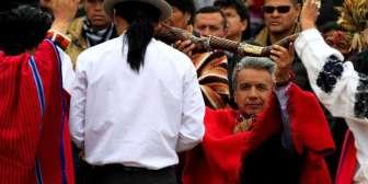El nuevo presidente de Ecuador recibió el bastón de mando de mano de los indígenas