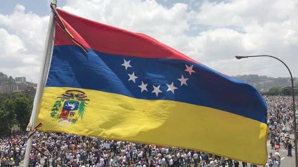 En las manifestaciones contra el régimen de Nicolás Maduro se suele mostrar la bandera al revés como forma de protesta y señal de luto por las víctimas