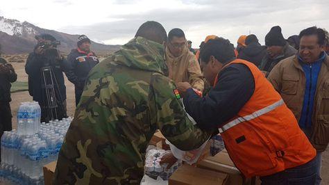 Bolivia envía vituallas a camioneros varados en frontera con Chile