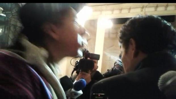 Cusi escupe la cara al diputado del MAS Víctor Borda
