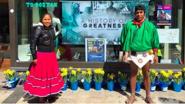 Irma Chávez y Arnulfo Quimare corrieron el maratón de Boston con sus atuendos típicos