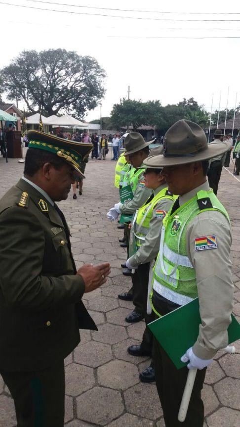 Condecoración del comandante a oficiales policiales