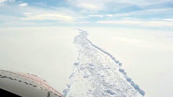 Los científicos del Proyecto MIDAS junto a universidades británicas sobrevuelan la grieta en la Barrera de Hielo de Larsen, en la Antártida. Calcula que en los próximos días podría quebrarse definitivamente (Project MIDAS)