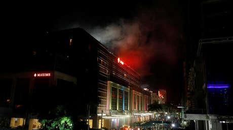 Nubes de humo se extienden sobre el Resorts World de Pasáy, Gran Manila. 2 de junio de 2017.
