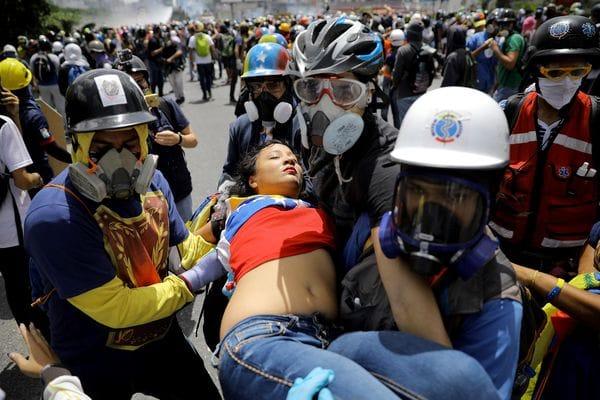 Una joven herida producto de la represión (Reuters)