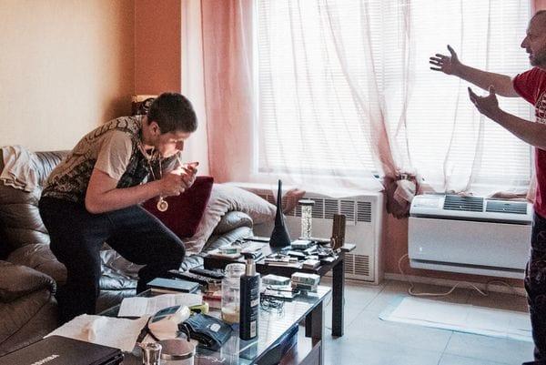Maykl Gnatovskiy (izquierda) y Sergey Gnatovskiy dentro de la sala de estar de su apartamento, donde Sergey se inyectó la dosis de heroína de su hijo, que casi le costó la vida. Foto de Dennis A. Clark para el New York Post