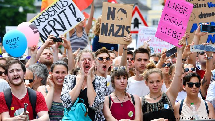 Protest gegen Demonstration von Rechtsextremisten in Karlsruhe-Durlach (picture alliance/dpa/U. Anspach)