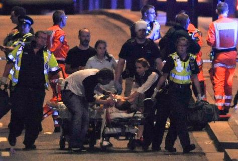 Policía y miembros de los servicios de emergencia atienden a las víctimas tras el ataque en London Bridge, Londres. Foto: AFP