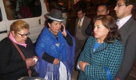 La presentadora Justa Canaviri a las afueras de la Caja Petrolera, la noche de este lunes. Foto: Dennis Luizaga