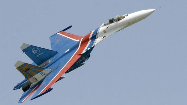 Un caza ruso Su-27 escoltó al bombardero estadounidense (AP)