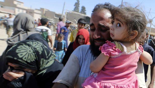 Iraquíes evacúan sus ogares en el barrio de Zanjili, en Mosul, el 1 de junio en medio de los enfrentamientos entre las fuerzas gubernamentales y las milicias yihadistas (AFP)