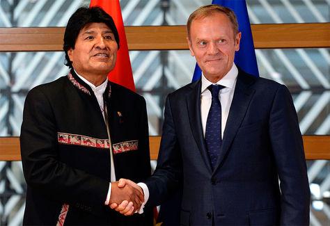El presidente Evo Morales estrecha la mano con el presidente del Consejo de la Unión Europea, Donald Tusk, en el Consejo de la Unión Europea en Bruselas.