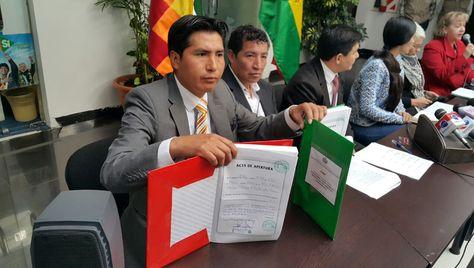 Un funcionario de la Asamblea muestra los cuadernos notariados en los que se inscribirán las postulaciones a cargos judiciales.