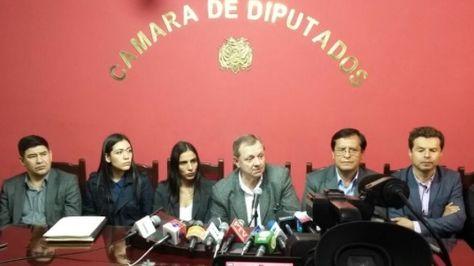 Autoridades de la Asamblea Legislativa y del sistema universitario en conferencia de prensa.