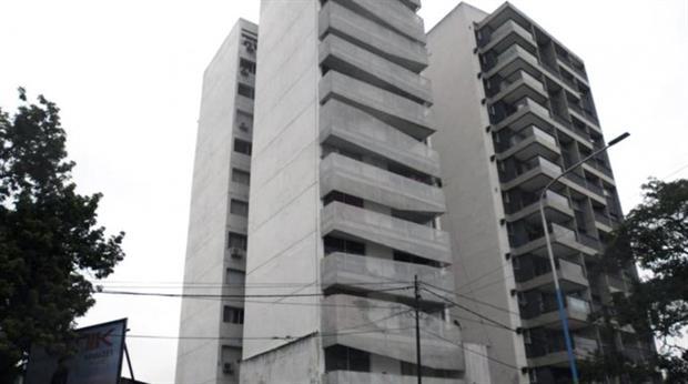 Tras caer de un noveno piso, niño pelea por su vida