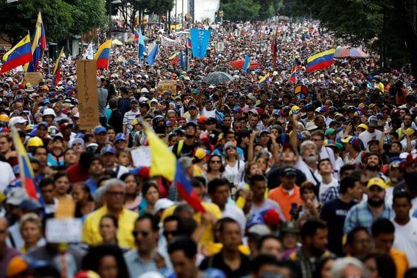 Oposición venezolana homenajea en las calles a futbolistas de la Sub'20