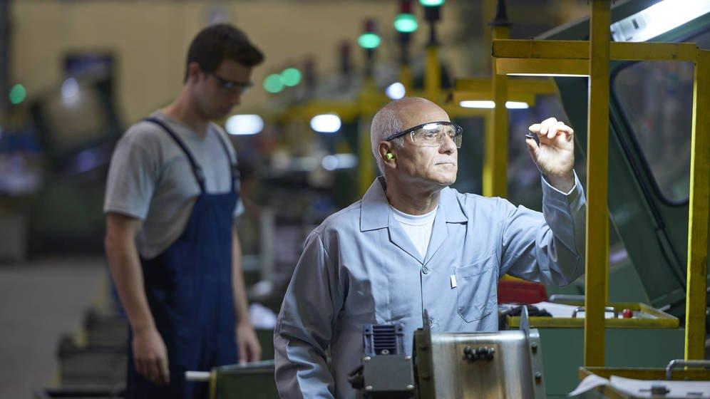 Foto: Un trabajador de cierta edad, en una fábrica. (iStock)