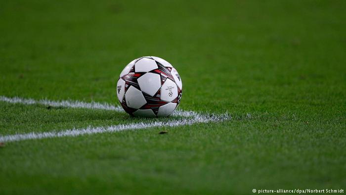 Der offizielle Spielball der Champions League 2013 / 2014 (picture-alliance/dpa/Norbert Schmidt)