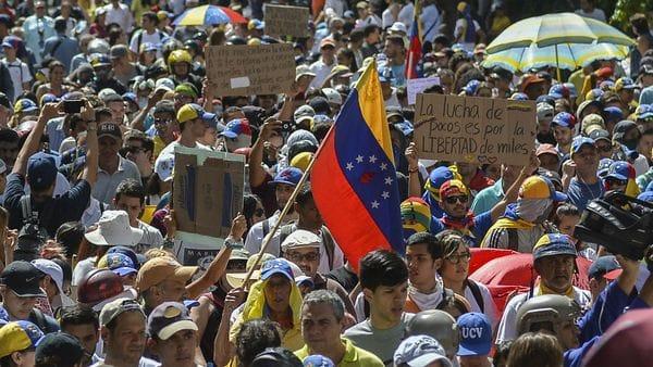 Los venezolanos salen casi a diario a las calles para protestar contra Maduro (AFP)
